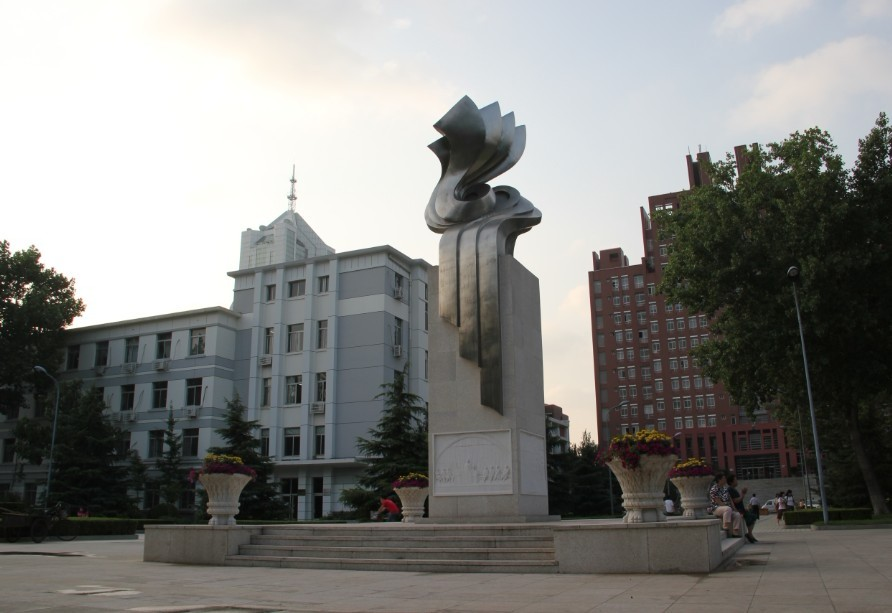 天津雕塑—天津医科大学一甲子纪念雕塑